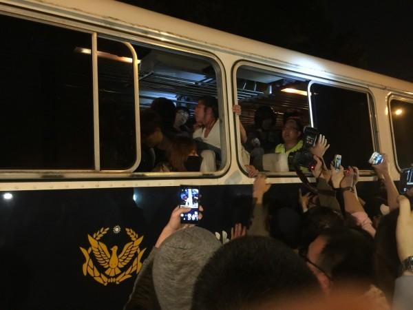 警方已載走兩車的人,但現場人數不斷增加。(民眾提供)