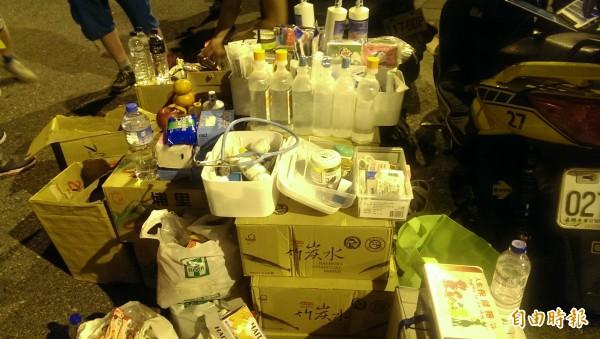 現場已建立簡易的急救與物資站。(記者蘇芳禾攝)