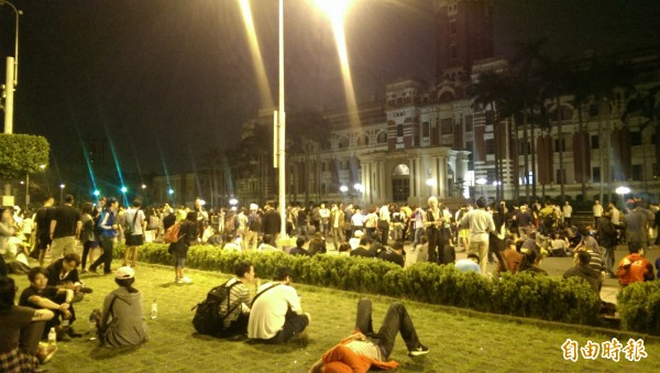 現場約有三百民眾席地而坐。(記者蘇芳禾攝)