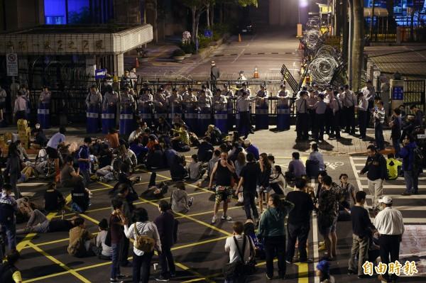 民主鬥陣等30多個學生團體成員在31日晚間赴總統府前,抗議草率加入亞投行,警方在1日清晨三點半展開驅離,抗議成員隨後轉往陸委會前。(記者羅沛德攝)