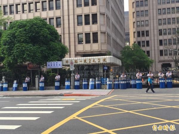 抗議人潮已在早上8點時全數散去,但警方不敢大意,仍維持有少數警力戒備。(記者曾健銘攝)