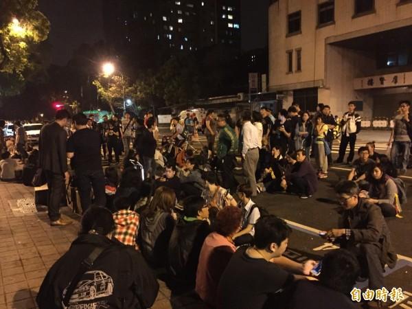 抗議學生在清晨4時許轉戰陸委會,但抗爭已趨平緩,大多數民眾僅靜坐表達訴求。(記者曾健銘攝)