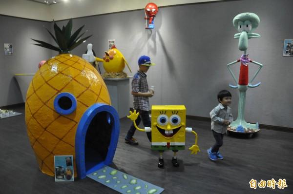 海綿寶寶家族今天進軍台東生活美學館,成了兒童樂園。它們都是廚師劉勇良以廢報紙做的。(記者黃明堂攝)