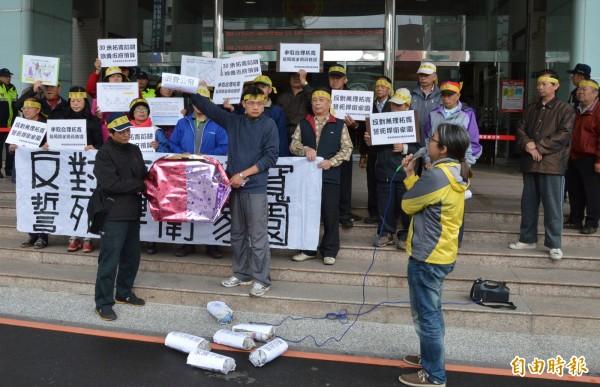 反對龍岡路無理拓寬民眾,上午到市府陳情、抗議。(記者謝武雄攝)