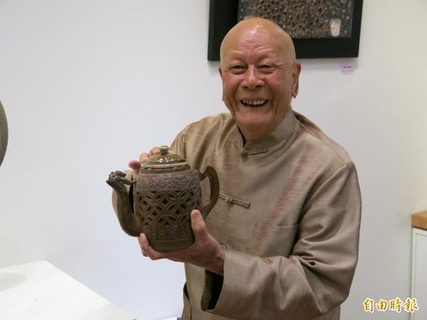 竹南蛇窯創辦人林添福展示雙層拉坯、鏤空的作品「雙層鳳凰」,並解說其創作原由。(記者鄭鴻達攝)