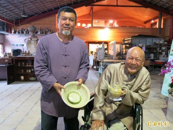 竹南蛇窯創辦人林添福(右),與接班人林瑞華(左),父子一起手持展出作品合照。(記者鄭鴻達攝)