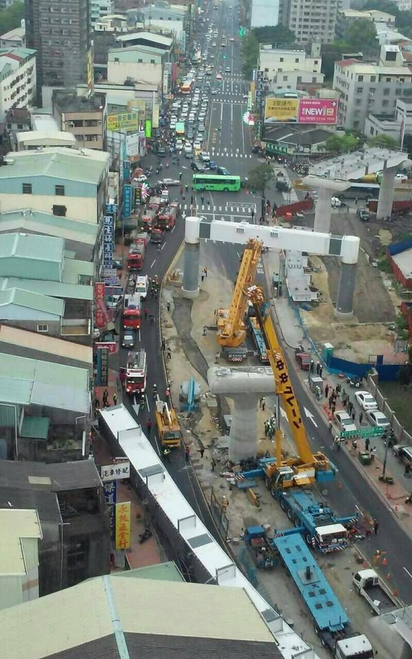 台中捷運工程驚傳鋼樑掉落,現場令人怵目驚心。(記者許國楨翻攝)
