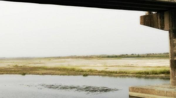 高屏溪床川流量下降,溪床枯竭偶可見底,揚塵席捲周邊學校、住戶。(圖片由林立輝提供)