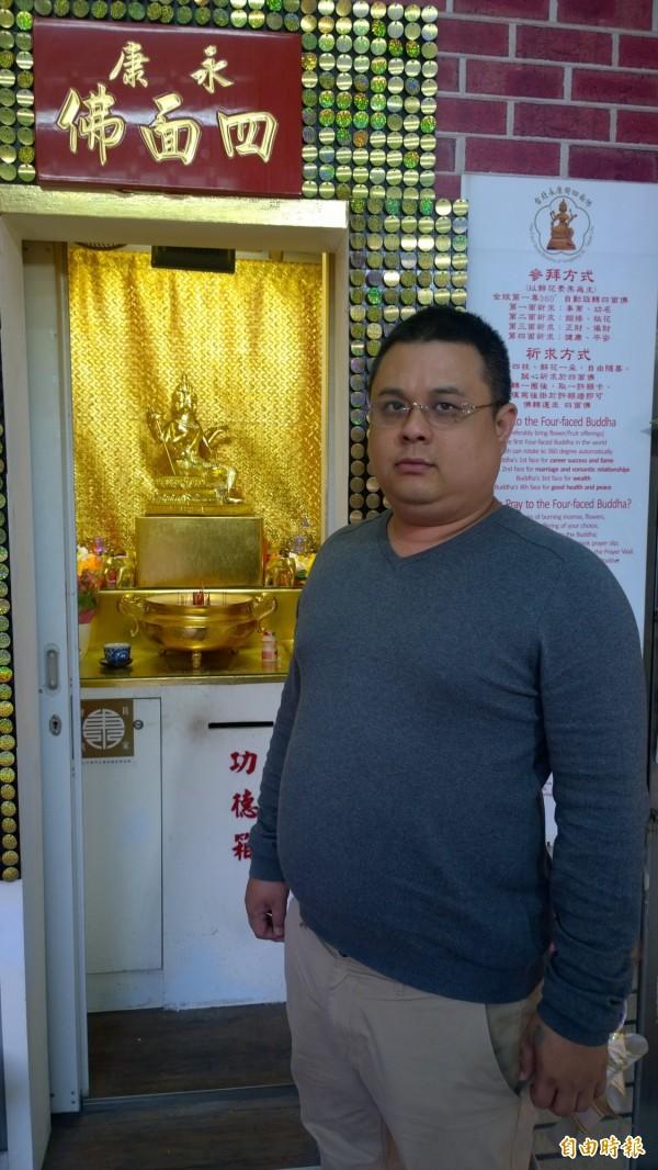 林姓管理員表示四面佛像底座被破壞,身上金箔也脫落,氣得大罵破壞者可惡。(記者姚岳宏攝)