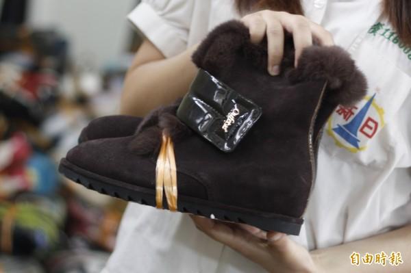 冬天裡備受歡迎的雪靴,同樣不適合送到非洲。(記者邱芷柔攝)