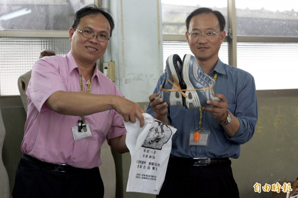 日新工商主任施冠瑋(左)說,目前發現2至3歲的學齡前童鞋數量較少,學校也缺乏「米袋」裝整理好的舊鞋,只要「能穿、能用」的舊鞋、米袋,都歡迎民眾投注愛心。(記者邱芷柔攝)