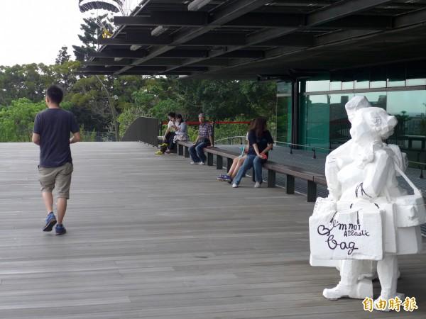 雕塑大師朱銘的「白彩人生」系列雕塑展在園區內同步揭幕開展。(記者李雅雯攝)