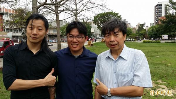 時代力量黨律師邱顯智(中)在閃靈Freddy(左)與交大教授劉俊秀陪同下宣布參選下屆竹市立委。(記者蔡彰盛攝)