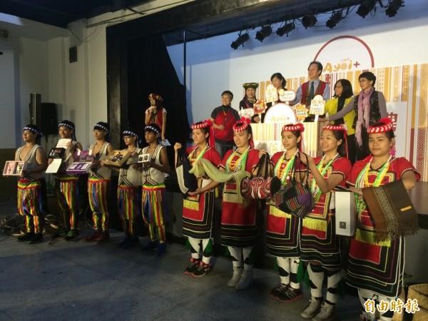 原民會精選近50項部落好禮,將在今年2015伴手禮名品展中推出販售。(記者甘芝萁攝)
