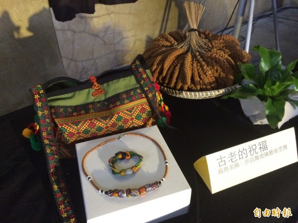 原住民族的手工織品、琉璃飾品將在2015伴手禮名品展中展示販售。(記者甘芝萁攝)