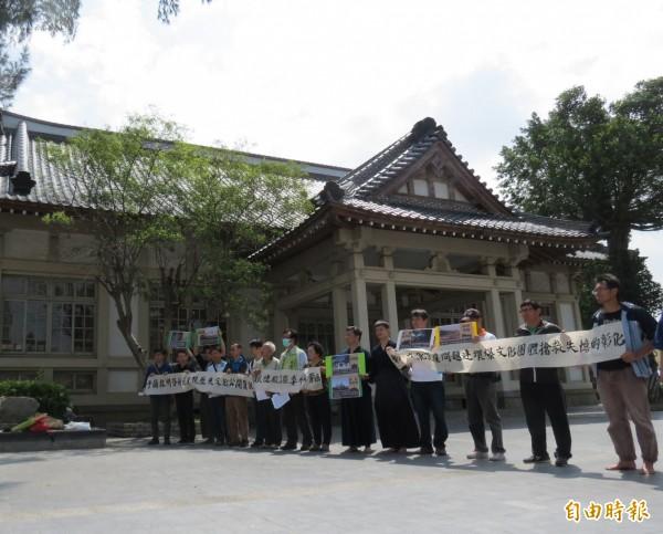 民間人士不滿武德殿變餐廳 ,高舉白布條抗議。(記者林良哲攝)