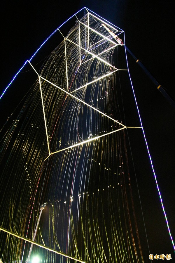 彰化縣埤頭鄉合興宮掛起45米高的LED鞭炮,準備明日迎接大甲媽祖,夜間現場猶如巨龍盤旋。(記者陳冠備攝)