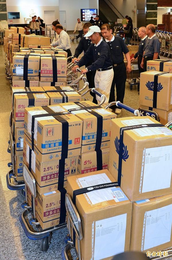 台灣首批援助尼泊爾醫療資源由華航贊助送往泰國曼谷,再由尼泊爾航空轉運加德滿都。(記者姚介修攝)