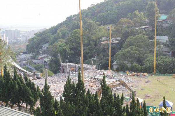原先的主體景觀餐廳、擊球台都已於30日被夷為平地。(記者鍾泓良攝)