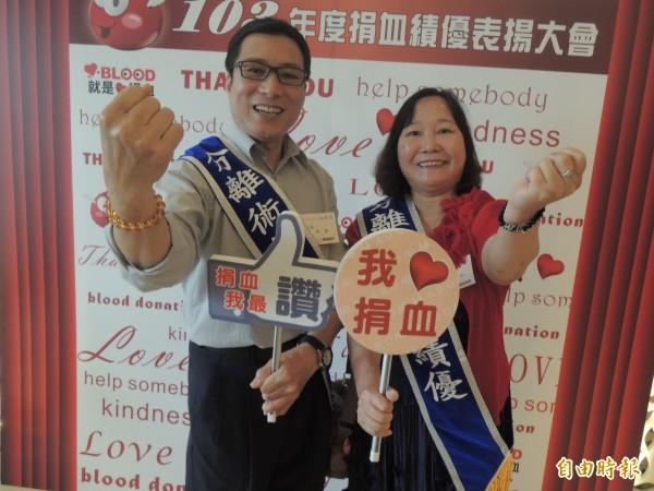 熱血夫妻李再發和賴淑如一起捐血2、30年,共超過1500次,獲得捐血中心表揚。(記者蔡淑媛攝)