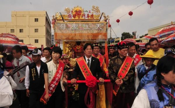 聖母廟土城香遶境隊伍的媽祖鑾轎,由市長賴清德掌轎。(圖由聖母廟提供)