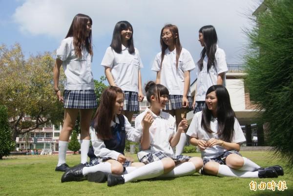 格子群校服凸顯學生青春活力。 (記者黃文鍠攝)