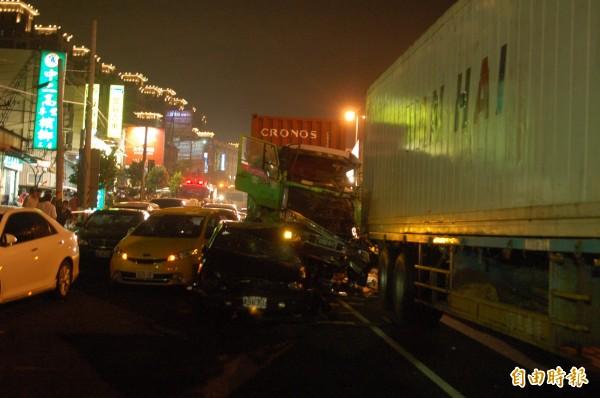 聯結車衝撞車陣,現場慘不忍睹。(記者張軒哲攝)