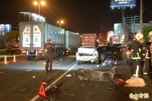 聯結車衝撞車陣,3名機車騎士死亡。(記者張軒哲攝)