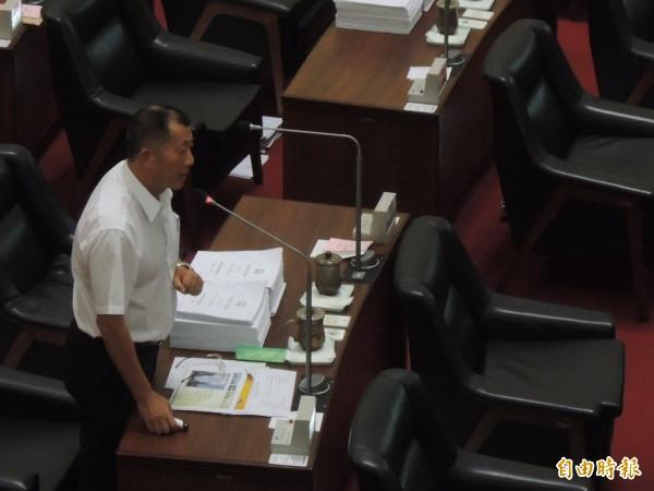 高市議員沈英章上午在議會總質詢時,建議高市府爭取台灣首都遷都高雄。(記者王榮祥攝)