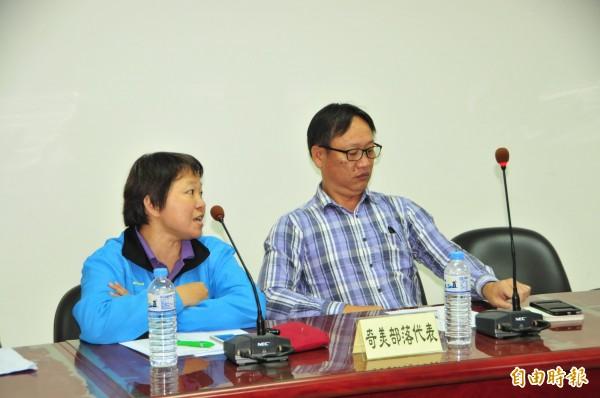 奇美部落代表蔡富榮(右)、吳明季(左)痛批鄉公所沒有誠意。(記者花孟璟攝)