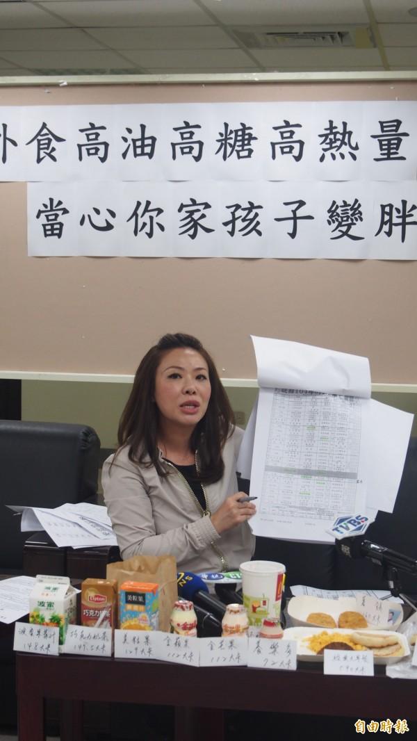 北市議員李彥秀召開記者會,要求北市學校營養午餐全面用非基改食品。(記者蔡亞樺攝)