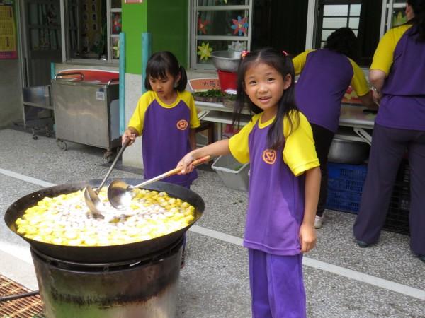 內門木柵國小69週年校慶活動,學童展現在地辦桌文化絕活。(圖由木柵國小提供)