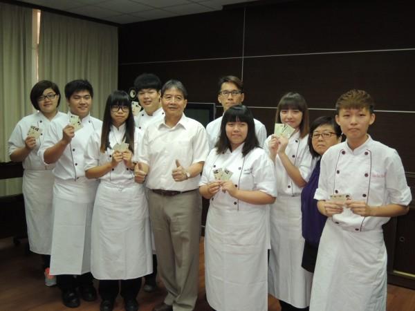 台南亞洲餐旅學校學生今年共考取24張乙級證照、有7位學生同時榮獲雙乙級證,其中1班4傑學生考取雙乙級證,寫下全國新紀錄。(記者王俊忠攝)