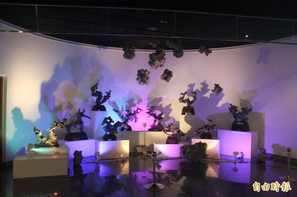 「化石的記憶」作品透過光影變化,要把觀賞者帶回遠古時代。(記者俞泊霖攝)