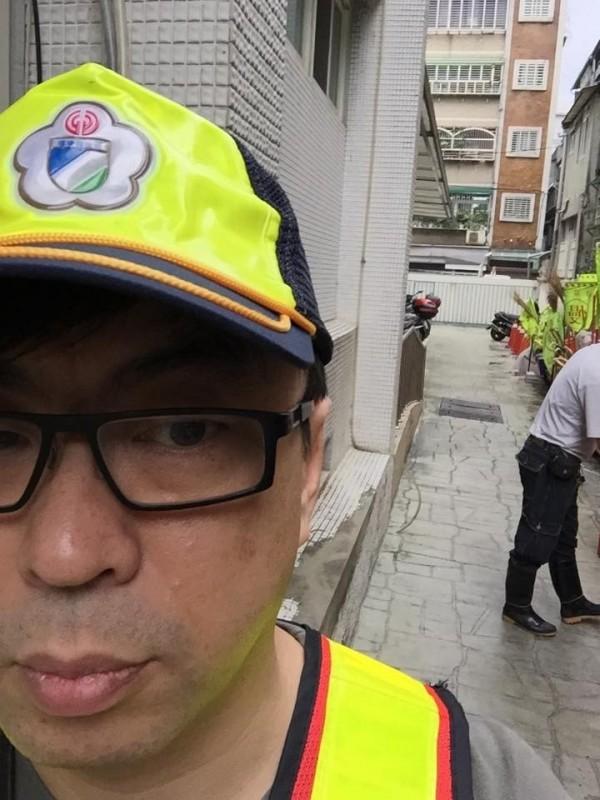 民進黨立委段宜康身穿清潔隊服裝服勞役。(翻攝段宜康臉書)