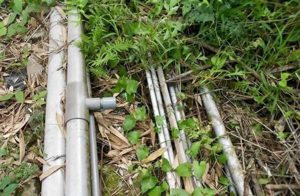 集集公所巡管員發現水管被人攔截分接,便截斷擅接管線,要讓水流能順利送到瀑布區。(記者劉濱銓翻攝)