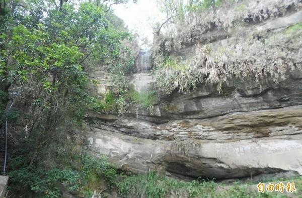 集集瀑布日前因集水區降雨,再度出現涓瀑。(記者劉濱銓攝)