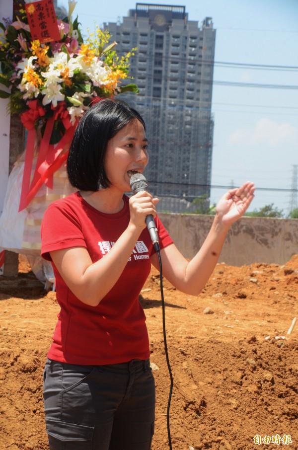 王寶萱選在A7唯一保留戶老厝前發表參選聲明,後方為興建中的A7合宜住宅。(記者鄭淑婷攝)