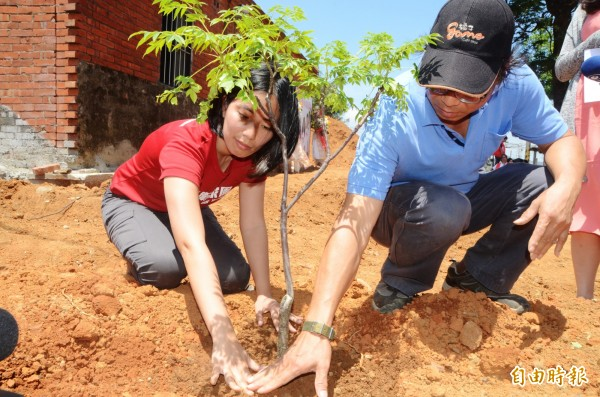 王寶萱(左)種下苦楝樹幼苗象徵「在地紮根」。(記者鄭淑婷攝)