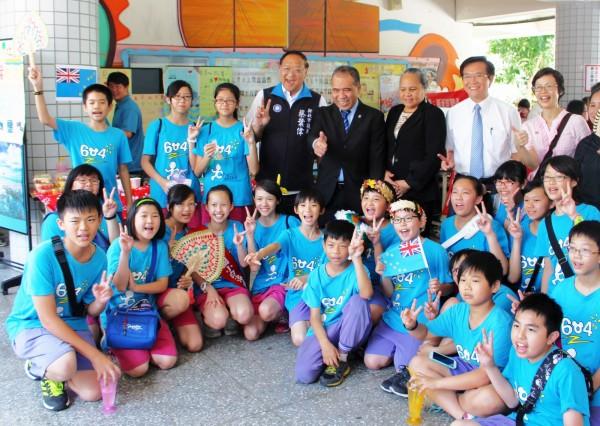 淡水區鄧公國小師生舉辦義賣園遊會,送愛到吐瓦魯。(圖由鄧公國小提供)
