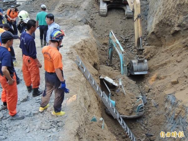 死者王基昆駕駛怪手被埋在土裡,救難人員先用大怪手開挖。(記者歐素美攝)