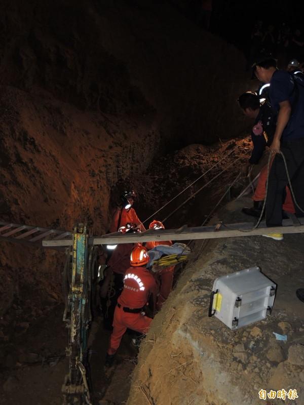 救難人員挖出王基昆並吊掛上來。(記者歐素美攝)