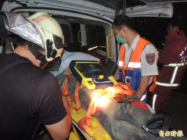 王基昆被抬出上救護車送往豐原醫院。(記者歐素美攝)