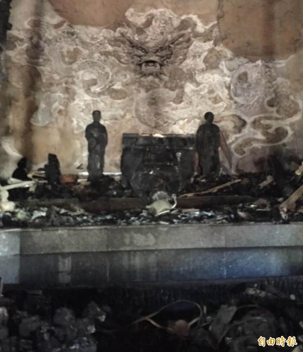 在大火中被燒成黑炭的福安宮鎮殿媽祖,昨天深夜突然倒塌。(記者湯世名攝)