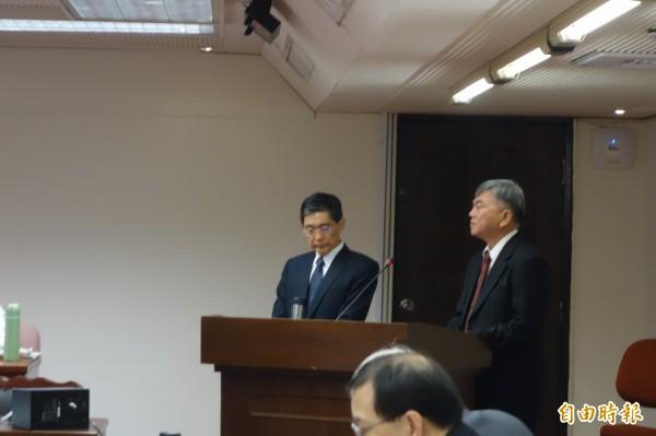 經濟部次長沈榮津(右)答詢時說,禁用生煤將嚴重影響能源結構配比和供電穩定,並牴觸能源法,地方做的決定「無效」。(記者蔡穎攝)