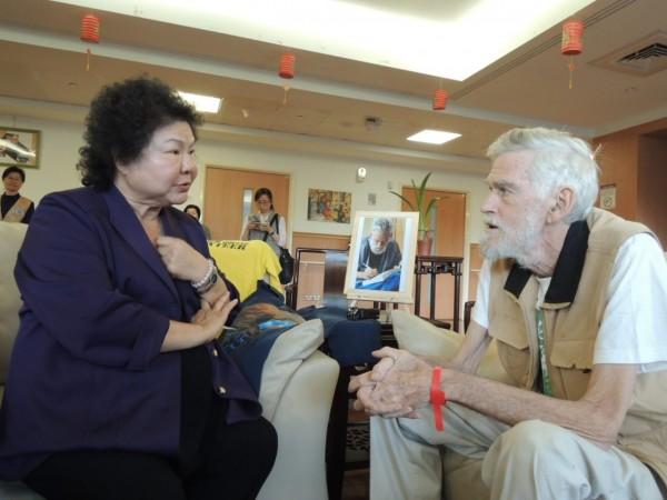 高雄市長陳菊今天到新店慈濟探望梅心怡教授。(圖由讀者提供)