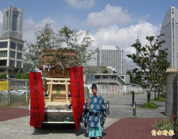 日人佐藤健一(右)斥資一千萬日圓打造一座全檜木銅屋頂的全新神社,為屏東縣高士村日治時代的「高士神社」復元(駐日特派員張茂森攝)。