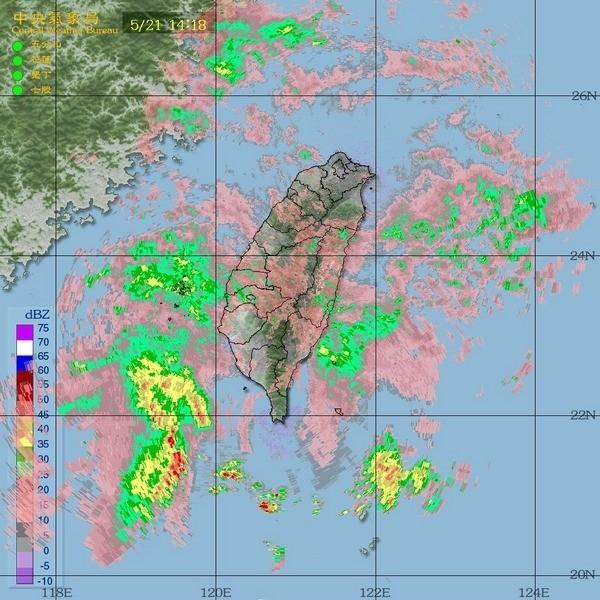 下午衛星雲圖顯示對流胞並未集中在台灣陸地,但下午島晚間會有機會降大雨(中央氣象局提供)