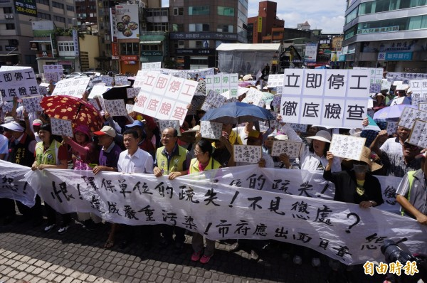 大園菓林村居民要求宇鴻公司立即停工。(記者林近攝)