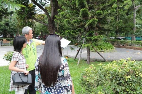 文化公園的灌木叢密集且路燈不足,恐成治安死角。(台北市議員陳慈慧辦公室提供)